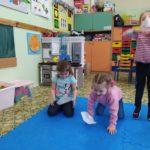 Dzieci dmuchają na unoszące sie serwetki