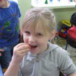 Dziewczynka je marchewkę