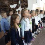 Pierwszoklasiści śpiewają hymn