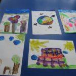 Rysunki dzieci z namalowaną Ziemią