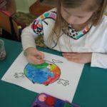 Dzieczynka maluje Ziemię