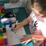 Dziewczynka maluje Ziemię