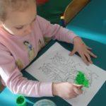 Dziewczynka maluje drzewa