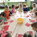 Dzieci robią bańki