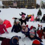 zabawy uczniów na śniegu