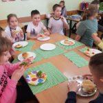 uczniowie jedzą zdrowe posiłki