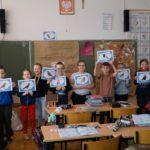 uczniowie na zajęciach o dokarmianiu ptaków