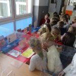 Klasa III a ogląda wystawę słowników