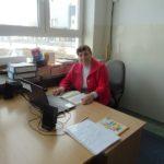 Nauczycielka w stroju biało-czerwonym