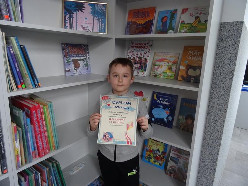 Uczeń nagrodzony dyplomem w akcji czytelniczej