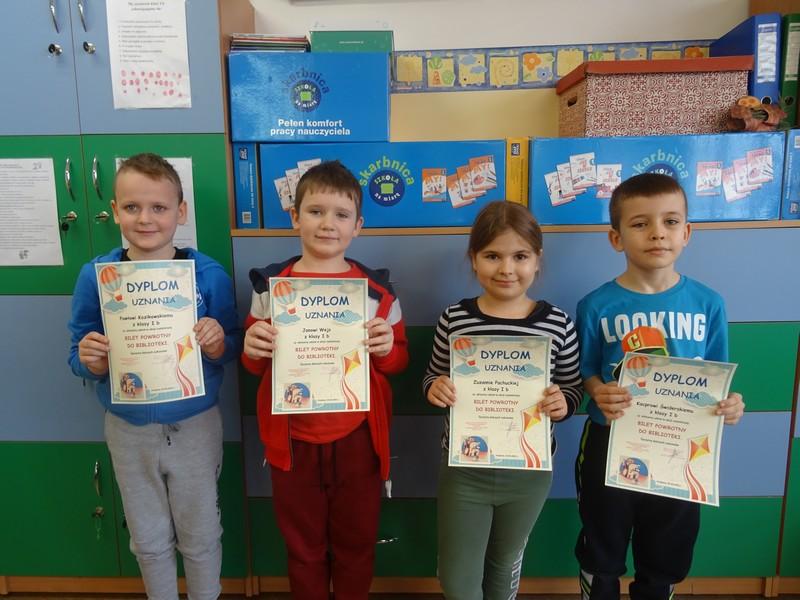 uczniowie klasy I b nagrodzeni dyplomami w akcji czytelniczej