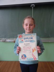 Uczennica nagrodzona dyplomem w akcji czytelniczej