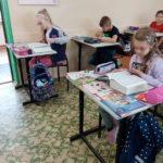 Uczniowie pracują ze słownikami