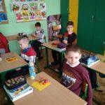 uczniowie i zdrowe kanapki
