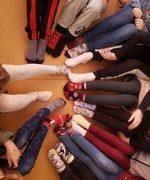 stopy uczniów w skarpetach nie do pary