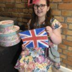 Uczennica trzyma narysowaną flagę Anglii