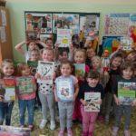 Przedszkolaki trzymają książki