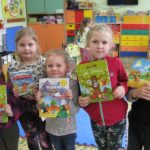 Przedszkolaki pokazują książki