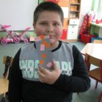Przedszkolaki trzymają wykonane zakładki