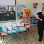 Bibliotekarka opowiada przedszkolakom o książkach