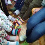 Światowy Dzień osób z zespołem Downa - stopy w skarpetach