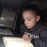 Uczeń czyta Biblię