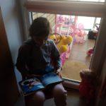 uczennica czyta Biblię