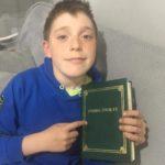 Uczeń trzyma Biblię
