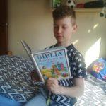 dziecko czyta Biblię