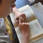 dziecko czytaja Biblię